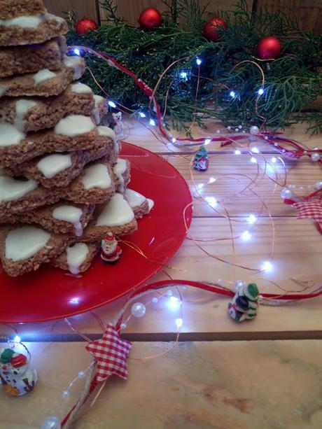 Zimtsterne. Estrellas de canela. Árbol de Navidad de galletas. Receta navideña europea para hacer en casa con niños. Glasa, galletas, con horno. Recetas de Cuca