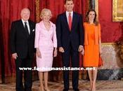 Príncipes Asturias reciben Gobernador Australia. Dña. Letizia vistió naranja. Imágenes