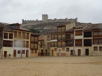 Vista del Castillo de Peñafiel desde la Plaza del Coso