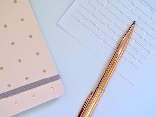 https://www.pexels.com/es-es/foto/blanco-boli-boligrafo-cuaderno-1119789/