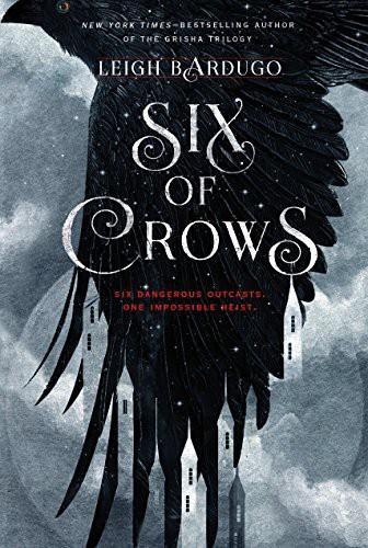 Portada de Seis de cuervos (Six of Crows) de Liegh Bardugo con un fondo gris que simula un cielo y un cuervo negro.