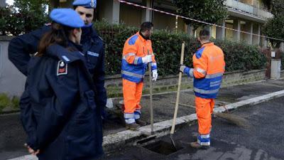 Los presos italianos asfaltan rutas y limpian las calles.