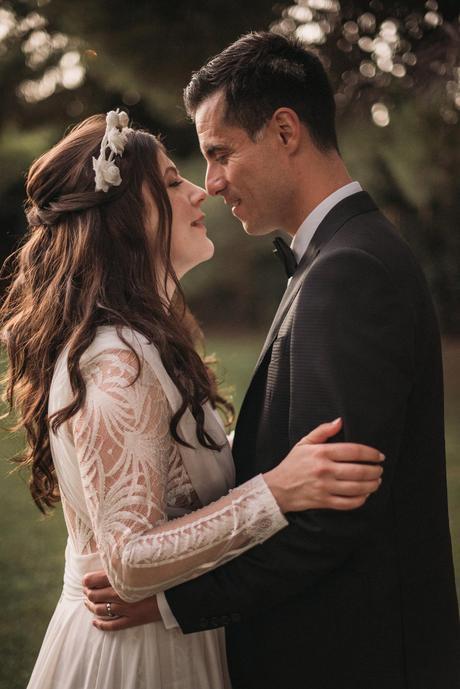 Fotografía de bodas novios beso vestido novia Yolancris corona flores blancas   Bodas de Cuento
