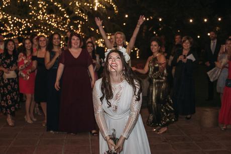Boda de noche llena de luces   novia lanzar el ramo   Bodas de Cuento