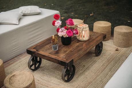 chillout boda mesa baja de madera rústica industrial puffs de cuerda farolillo   Bodas de Cuento