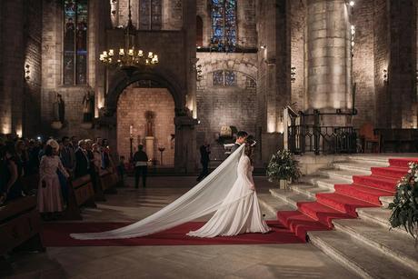 Boda en la catedral del mar Barcelona velo y cola de novia