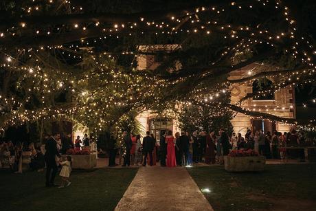 Boda de noche llena de luces   iluminación jardín   Bodas de Cuento