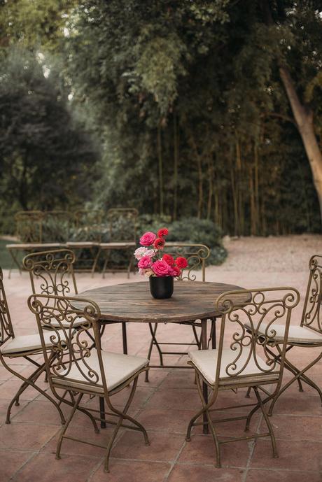 cocktail boda mesa de madera rústica y sillas de forja   Bodas de Cuento