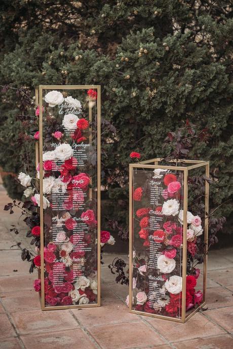 Boda de noche llena de luces   seating plan de cristal y flores   Bodas de Cuento