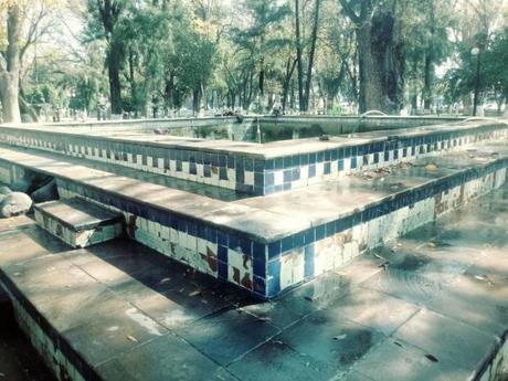 Limpian el estanque de los Peces Koi de la Alameda