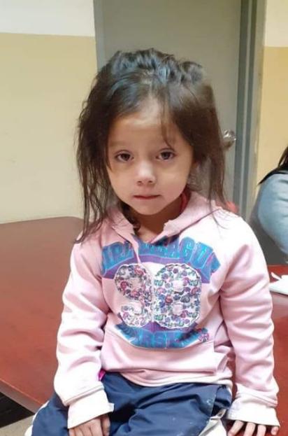 Piden ayuda para encontrar padres de niña encontrada en Abastos