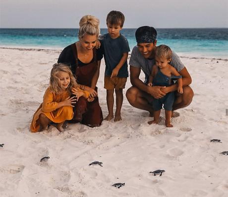 niños con padres en la playa