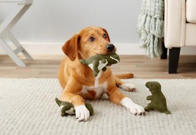 Un volcán y varios dinosaurios de peluche para que juegue tu mascota