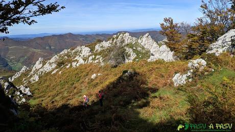 Buscando descenso hacia la Collada Pelúgano desde el Pico Formoso