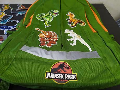 Customizar mochila con dinosaurios.