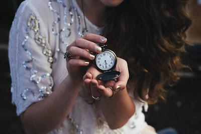 Novia con un reloj de bolsillo en la mano