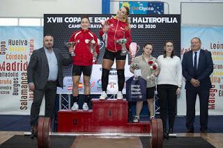 Lydia Valentín alza la Copa de España de Halterofilia.