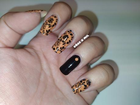 Diseño de uñas en mostaza y negro con flores