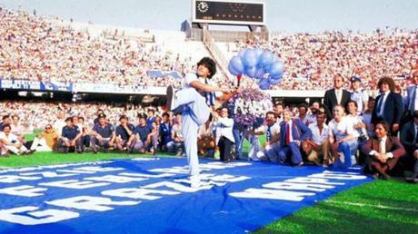 Maradona llenó San Paolo en su presentación