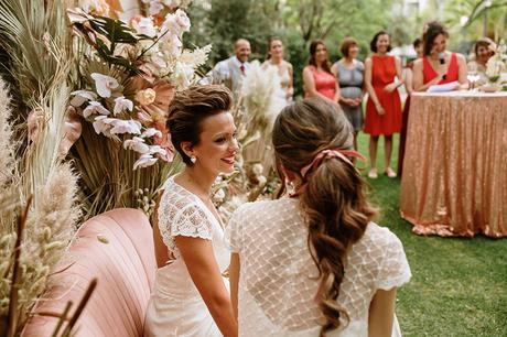 Boda boho chic dos novias LGBT sofa velvet rosa pampas ceremonia
