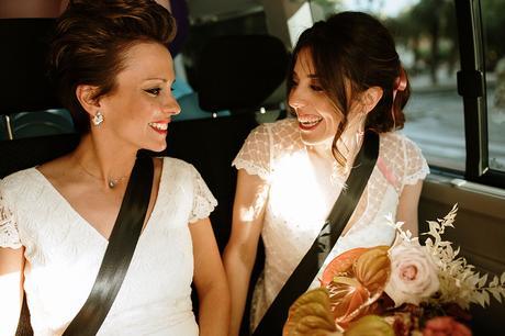 Dos novias montadas en una furgoneta van boda LGTB boho chic