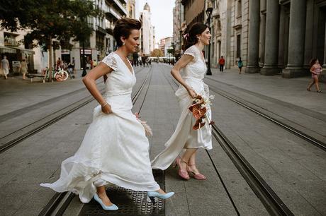 dos novias cruzando la calle fotografia de boda LGTB urbana boho chic