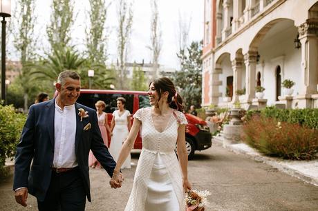 Entrada de las dos novias con los padrinos boda boho chic LGTB