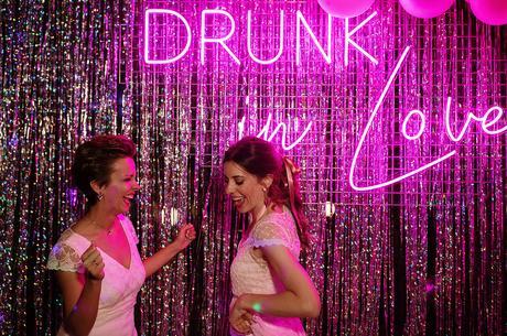 Boda boho chic dos novias | luces de neon rosa fluor | Bodas de Cuento