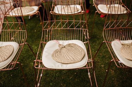 sillas de color cobre con almohada blanca y abanico paipai de mimbre | boda boho chic Bodas de cuento