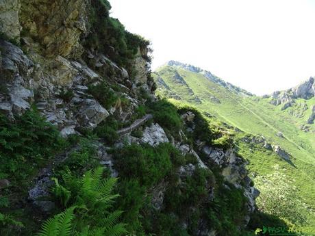 Paso de la bajada de agua entre Galabín y Trespandiu
