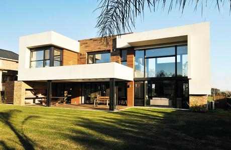 Casa en Altos de la Tahona, Carrasco / Arq. Sebastián Bazzurro