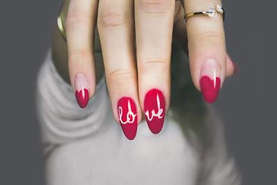 Manicura con uñas largas, afiladas y con nail art