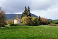 Paisaje de la Iglesia románica de Porqueres