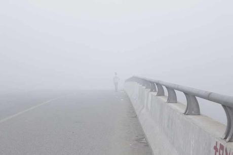 Confía al cruzar el puente en medio de la niebla