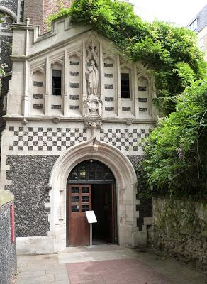 ROMÁNICO EN LONDRES. SAINT BARTHOLOMEW THE GREAT. Acceso al templo