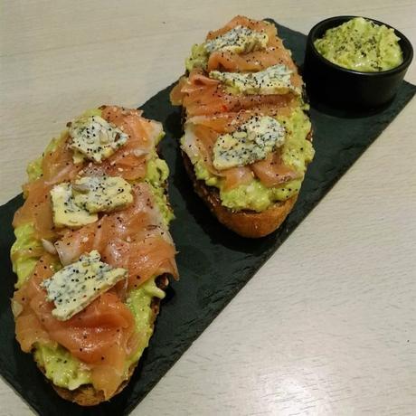 Tosta de salmón ahumado, guacamole y queso azul