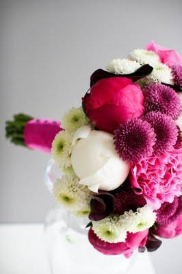 Un ramo de novia blanco y rosa fucsia