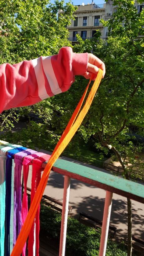Cinta de trapillo de color naranja para decorar la barandilla del balcón