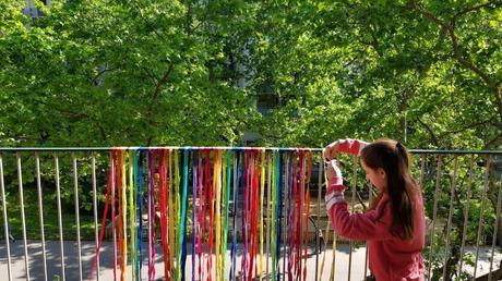 Cintas de trapillo de colores para decorar el balcón
