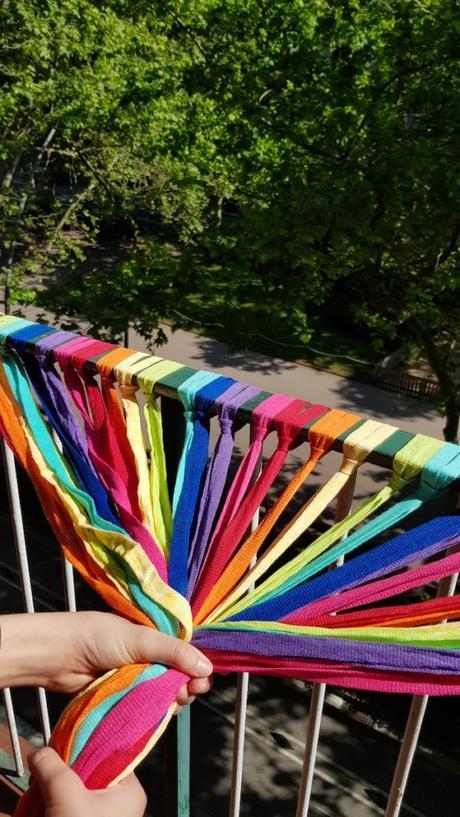 Manos agarrando cintas de colores de trapillo