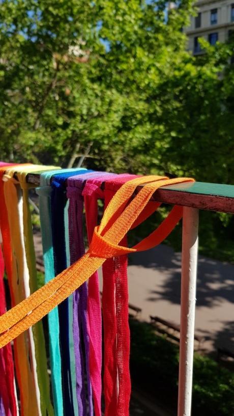 Envolver la barandilla del balcón con las tiras de trapillo de colores