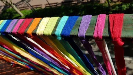 Tiras de trapillo tejido ultra ligero para decorar el balcón con colores del arcoiris