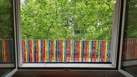 Barandilla de balcón decorada con cintas de colores