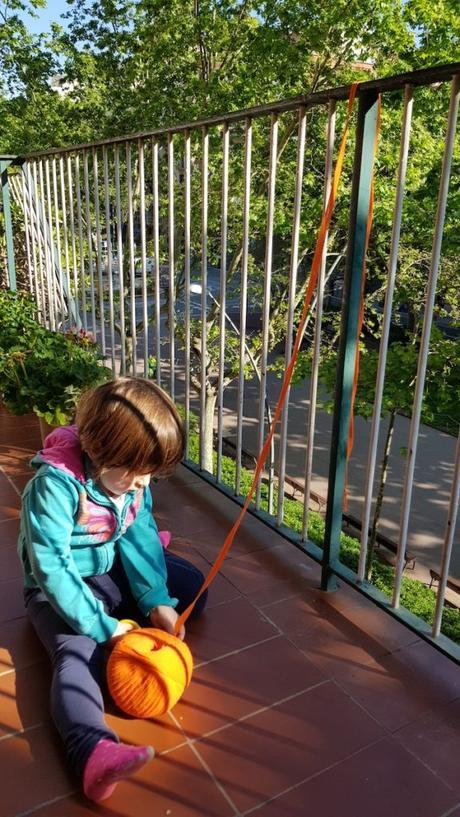 Ovillo de trapillo naranja para hacer una cortina de tiras de colores