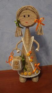 Haz muñecas con periódico cuerda y botellas