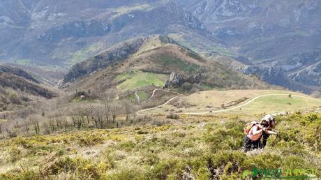 Subiendo por la ladera de la Porra Bescoba