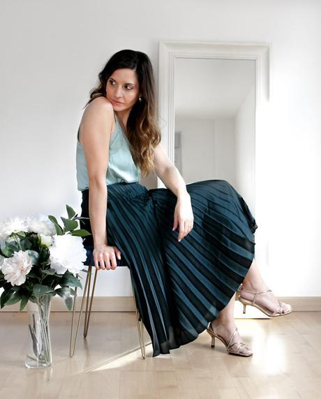 Sfera mujer sandalias metalizadas de tacón y falda plisada midi Stradivarius