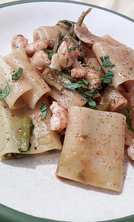 Pasta con espárragos y gambas - Paccheri con asparagi e mazzancolle - Asparagus tomato shrimp pasta