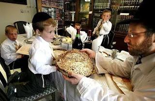 """¿Los católicos adoramos al """"dios sol"""" porque comemos una Hostia blanca y redonda?"""