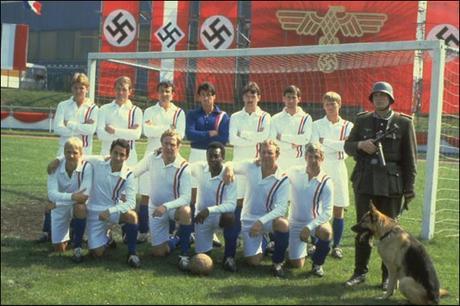 El equipo de Evasión o Victoria formando con Pelé, Ardiles y Moore entre ellos.